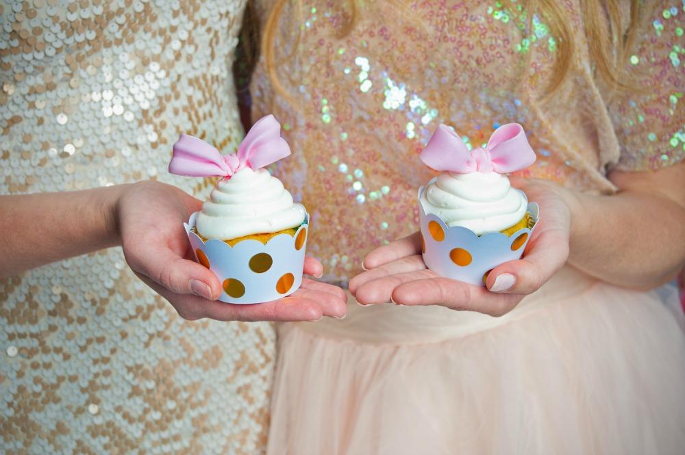 pink-gold-polka-dot-bow-cupcakes